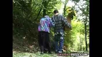 Imagen Alte Frau isst den Schwanz eines Fremden im Busch