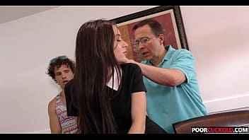 Imagen Die junge Lana Rhoades wird von einem schwarzen Mann gefickt, während zwei Perverse sie beobachten