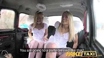 Imagen Dreier im Taxi mit zwei sehr schmutzigen Blondinen