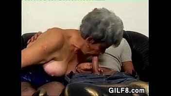 Imagen Die alte Frau sieht aus, als wollte sie mit dem Hund ficken