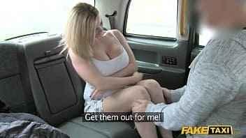 Imagen Tasha Holz spreizt ihre Beine im Taxi