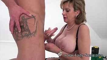 Imagen Old Lady Sonia gibt eine Massage, die in einem Happy End endet