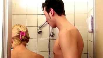 Imagen Die reife Kada Love fickt mit ihrem Stiefsohn unter der Dusche