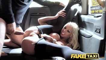 Imagen Mit den vollbusigen Barbie Sins und Creampie in ihrer Muschi im Taxi ficken